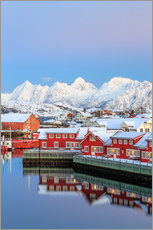 Tableau en plexi-alu  Pink sunset over the typical red houses reflected in the sea, Svolvaer, Lofoten Islands, Arctic, Nor - Roberto Moiola