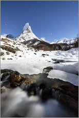 Tableau en plexi-alu  Ice on rocks frames the granitic snowy peak of the Stetind mountain under the starry sky, Tysfjord, - Roberto Sysa Moiola