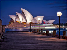 Tableau en plexi-alu  A boat passes by the Sydney Opera House, UNESCO World Heritage Site, during blue hour, Sydney, New S - Jim Nix