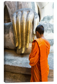 Tableau sur toile  Monk praying in front of Buddha Hand - Matteo Colombo