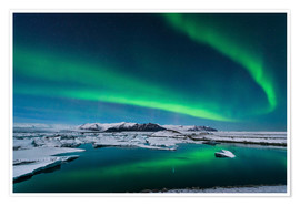 Poster  The northern lights dance over the glacier lagoon in Iceland. - John Davis