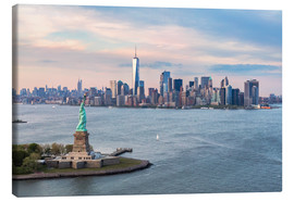 Toile  Aerial view of Statue of Liberty and World Trade Center at sunset, New York city, USA - Matteo Colombo