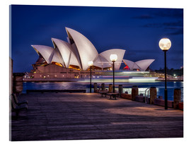 Tableau en verre acrylique  A boat passes by the Sydney Opera House, UNESCO World Heritage Site, during blue hour, Sydney, New S - Jim Nix