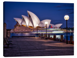 Tableau sur toile  A boat passes by the Sydney Opera House, UNESCO World Heritage Site, during blue hour, Sydney, New S - Jim Nix