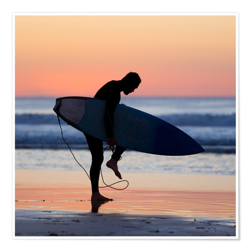 Poster Silhouette of male surfer on the beach