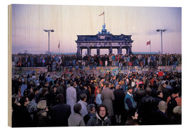Bois  Berliners from East and West celebrating the opening of the border at the Berlin Wall