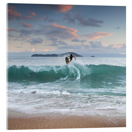 Verre acrylique  Surfing at sunset in paradise - Alex Saberi