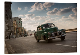 Tableau en verre acrylique  Cuban american car driving through Havana, Cuba. - Alex Saberi