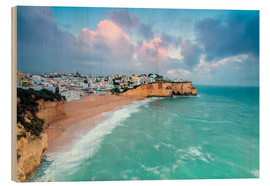 Tableau en bois  View of Carvoeiro village surrounded by sandy beach and turquoise sea at sunset, Lagoa Municipality, - Roberto Moiola